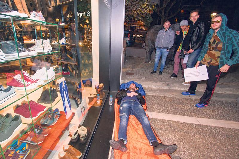Φρενίτιδα στην Αθήνα για τα παπούτσια του Κάνιε Γουέστ - Bizznews.gr 97ebab65cf4