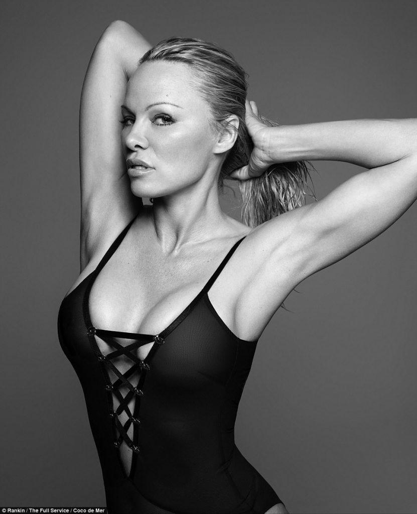 Pamela Anderson  Ποζάρει πιο sexy από ποτέ στα 49 της χρόνια με αισθησιακά  εσώρουχα - Bizznews.gr e3a11d5ab71
