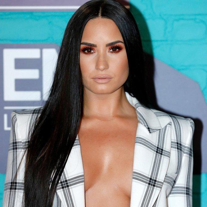 Demi Lovato - MTV EMA 2017 (red carpet) (1) - Hit Channel