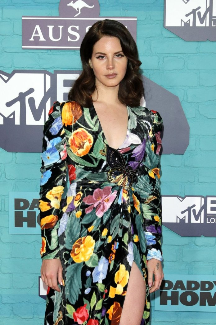 Lana Del Rey - MTV EMA 2017 (red carpet) (1) - Hit Channel