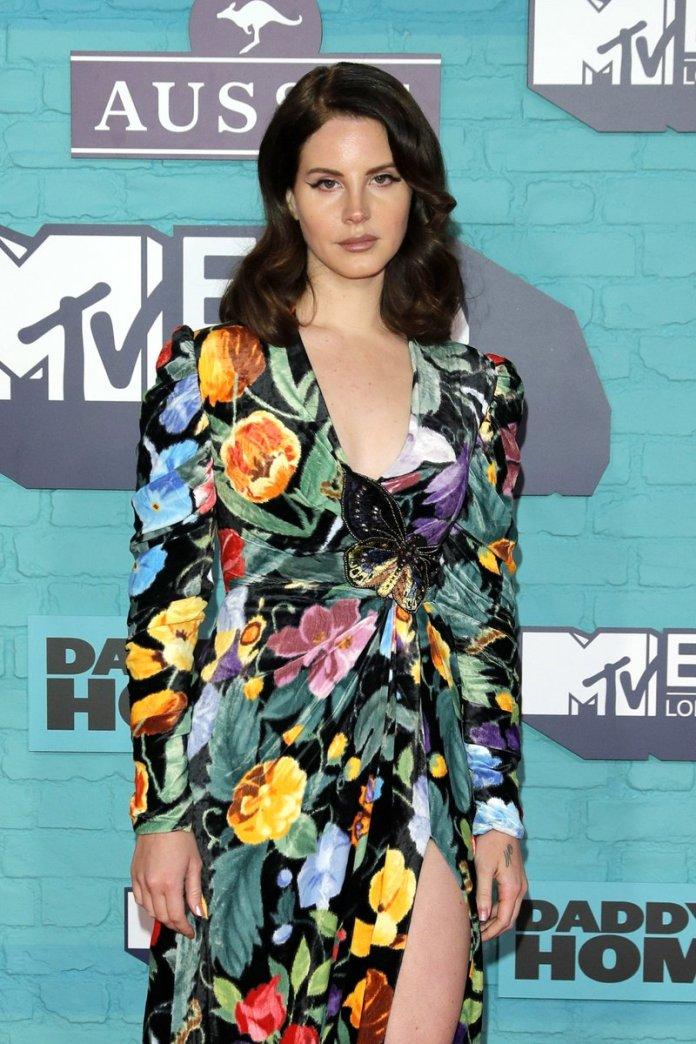 Lana Del Rey - MTV EMA 2017 (red carpet) (1) - Hit Channel