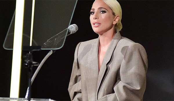 f1cf6571924 Lady Gaga: Ντυμένη με ανδρικό κοστούμι προκαλεί συγκίνηση με την ...